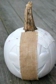Upcycle a dollar store plastic pumpkin bucket into a gorgeous burlap-covered pumpkin! Halloween or Fall Dollar Store Christmas, Dollar Store Crafts, Dollar Stores, Dollar Tree Fall, Theme Halloween, Fall Halloween, Halloween Ideas, Halloween Crafts, Halloween Pumpkins
