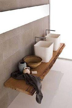 Plan de toilette aménagé avec une planche bois pour la déco d'une salle de bain minimaliste