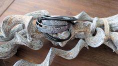 Een wraparmband met een trendy barok koord in de kleuren grijs/wit, een zilveren leren koord en een suede zwarte veter. Sluiting is magnetische. € 10,00