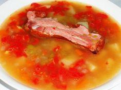 Томатно-гороховый летний суп с копчеными ребрышками. - ребра мясные нежирные варено-копченые - по одному на тарелку, у меня 4 шт;  - стакан гороха;  - две морковки;  - одна картофелина;  - небольшая луковица;  - крупный мясистый помидор.