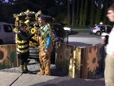 Trunk or Treat - Sunflowers & Bees. What a show these folks put on. Diy Scarecrow Costume, Harvest Party, Trunk Or Treat, Sunflowers, Bees, Folk, Trunks, Costumes, Halloween
