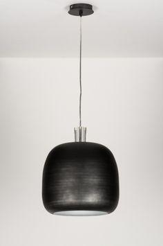 Artikel 11151 Deze bijzondere hanglamp valt op door de bijzondere afwerking. De zwarte kleur is, na te zijn aangebracht, in horizontale lijn geschuurd. Hierdoor is de aluminium kleur subtiel waarneembaar en krijgt de kap een lichte glans. De binnenkant van de kap is wit zodat het licht optimaal gereflecteerd wordt. http://www.rietveldlicht.nl/artikel/hanglamp-11151-modern-industrie-look-stoer-raw-zwart-mat-aluminium-rond