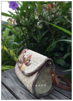 Love this handle hook-up Japanese Patchwork, Japanese Bag, Patchwork Bags, Quilted Bag, Bow Clutch, Book Quilt, Beautiful Bags, Mini Bag, Purses And Bags