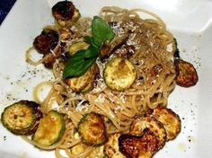 Spaghetti con la zucchina fritta e ricotta salata