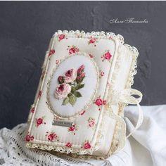 Пухляши-блокноты от @allataskaeva ____ #таскаеваблокноты #tenderness #handmadewithlove #handmade #vintagestyle #vintagelove… Macrame Bracelet Diy, Journal Covers, Beaded Jewelry, Coin Purse, Shabby Chic, Cross Stitch, Artsy, Embroidery, Sewing