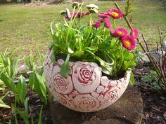 Wunderschöne Pflanzkugel aus Keramik mit Rosenblüten, die bei keinem Rosenfreud im Garten fehlen darf! An der Standfläche hat die Kugel drei klein...