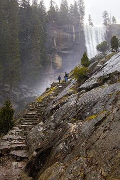 Mist Trail in Yosemite National Park, California. i have been to yosemite before but i wasn't able to go here but it looks beautiful. Chobe National Park, Parc National, National Parks, National Forest, Mist Trail Yosemite, Yosemite Valley, Yosemite Hiking, Yosemite Climbing, Hiking Spots
