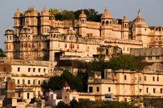 Udaipur est une des villes les plus belle et touristiques du Rajasthan après Agra et Delhi, La nature autour d'Udaipur vaut aussi vraiment le détour pour une balade au milieu des collines ou des temples et palais à visiter.