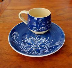 Prato artesanal azul em cerâmica