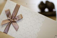 Convite de casamento: detalhe do laço simples e do padrão damasco.