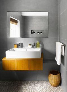 salle de bain grise avec un carrelage galet pour la salle de bain