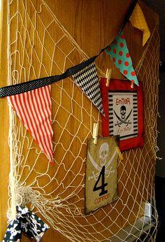 Piraten Kamer. Visnet aan de muur, combineer leuk met lijstjes en vlaggetjes.  schilderijtjes met piraten via www.dreumesenzo.nl