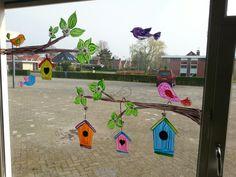 Window decor for feed the birds project - spring basteln herbst, kindergart Classroom Window Decorations, School Decorations, Classroom Decor, Decoration Creche, School Murals, Spring School, Spring Painting, Art N Craft, Window Art