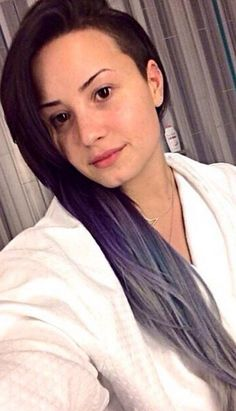Demi lavender and silver ombré hair and no makeup Purple Hair, Ombre Hair, Demi Lovato Hair, Fangirl, Celebs Without Makeup, Purple Balayage, Balayage Hair, Breaking Hair, Image New