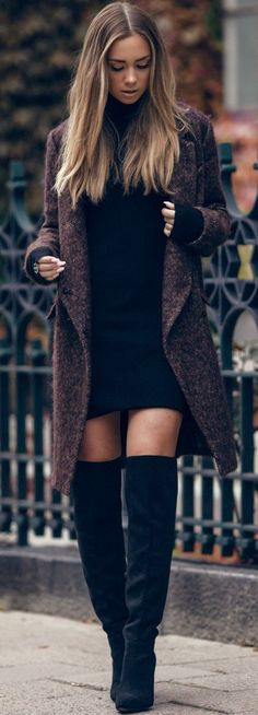 casaco marrom + vestido preto + botas pretas over-the-knee #fashion
