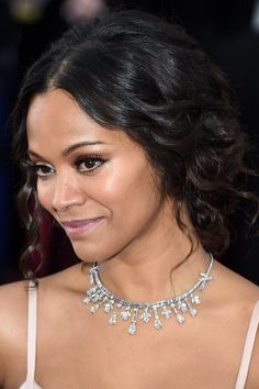 Pin for Later: See Every Award-Winning Oscars Beauty Look Zoe Saldana Zoe's romantic low bun looked extradreamy due to the curly tendrils framing her face. Oscar Hairstyles, 2015 Hairstyles, Celebrity Jewelry, Celebrity Beauty, Celebrity Style, Red Carpet Hair, Celebrity Red Carpet, L'oréal Paris, Girls Jewelry