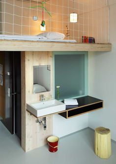Une salle de bain sous une mezzanine