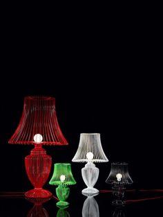 """La collezione Wire rappresenta un dissacrante omaggio alla classica lampada """"ad urna"""" e combina lo stile tradizionale con il tocco ironico e originale di Deadgood."""