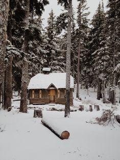A house in the snowy mountain. // Una casa en la montaña nevada.