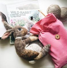 How to knit a bunny rabbit. Click through for easy step by step tutorial and free knitting patter to make a knitted easter bunny rabbit. Click through to get tips and all the info you need to make your own Animal Knitting Patterns, Knitting Kits, Free Knitting, Knitting Projects, Baby Knitting, Crochet Patterns, Knitting Tutorials, Finger Knitting, Scarf Patterns