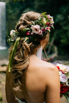 We are swooning over Anna's wedding hair filled with fresh flowers. Photo: @grachichek Homecoming Hairstyles, Party Hairstyles, Vintage Hairstyles, Weave Hairstyles, Wedding Hairstyles, Cool Hairstyles, Bandana Hairstyles, Casual Hairstyles, Straight Hairstyles