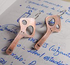 Copper and sterling silver skull earrings | por The Monster Of My Heart