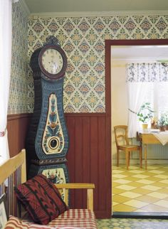 Duro historiska tapeter i butik och online hos Engelska Tapetmagasinet. | Tapet | Lantlig | Panel | Moraklocka | Sommarhus | Herrgård | Rutigt golv | Wallpaper | Historical | Swedish home