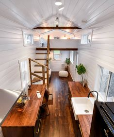 A large desk set up in front of a window provides a nice office space for those looking to work from home. Tyni House, Tiny House Cabin, Tiny House Living, Tiny House Design, Living Room, Tiny Houses Plans With Loft, Tiny House On Wheels, Tiny Apartments, Tiny Spaces