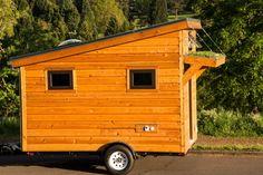 Shelter Wise est une société basée à Portland, spécialisée dans caravanes éco-énergétiques. Le modèle que je vous présente aujourd'hui s'appelle « The Salsa Box Tiny House » et ressemble plus à une cabane tractée qu'à une caravane. Malgré sa très petite taille, tout le confort est présent: une belle cuisine avec rangement, plan de travail en acier inoxydable, douche, buanderie, lit… Le tout est réalisé avec des finitions haut de gamme, pour un prix avoisinant tout de même les 20 000 €.
