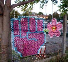 Creative Street Art - Cross-Stitch Murals on Fences Cross Stitching, Cross Stitch Embroidery, Guerilla Knitting, Fence Weaving, Graffiti, Diy Recycling, Creative Arts And Crafts, Grades, Bright Art