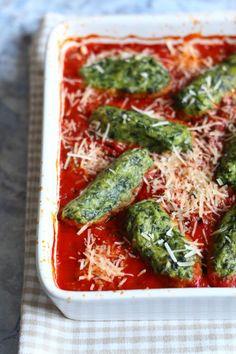 Kluski z ricottą i szpinakiem w sosie pomidorowym : Kluski z ricottą i szpinakiem w sosie pomidorowym Składniki: 300 g mrożonego szpinaku 400 g ricotty 2 jajka 20 g bułki tartej mąka do obtoczenia sól piepr. Przepis na Kluski z ricottą i szpinakiem w sosie pomidorowym