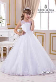 BONDOSA - O modelo Bondosa esbanja delicadeza e charme com seus elegantes detalhes. #damadehonra #daminha #vestidodama #vestidodaminha #mineprince Girls Communion Dresses, Junior Party Dresses, Girls Pageant Dresses, Gowns For Girls, Dresses Kids Girl, Junior Bridesmaid Dresses, Birthday Dresses, Robes De Confirmation, Pretty Dresses