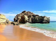 Insiders Guide é um guia colaborativo feito por quem mais conhece Portugal! Neste artigo Nuno Almeida apresenta as lindas praias do Algarve. Portugal, Famous Beaches, Online Travel, Lisbon, Beautiful Beaches, Travel Guide, Presents, Live, Water