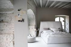 Camera da letto: potresti anche portare un po' di grigio taupe in camera. Magari usa come accento il nero per dettagli tipo lampada da pavimento, oppure comodino. L'idea di una lampada nera aggiustabile da pavimento invece che la classica lampada da comodino mi sembra carina