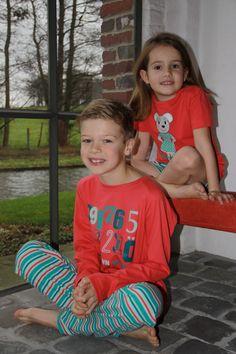 Jen and james nachtkledij voor jongens en meisjes: jongenspyjama en meisjes shortama met fris rode top en leuke streep.