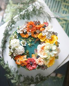 this is just one of the most beautiful cakes 😍 Flower cake Gorgeous Cakes, Pretty Cakes, Cute Cakes, Amazing Cakes, Flores Buttercream, Buttercream Flower Cake, Fondant Flower Cake, Cake Icing, Bolo Floral