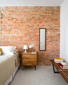 Brazilian firm Vitrô Arquitetura has renovated a 1960s apartment in São Paulo…