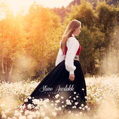 Konfirmasjon jente ute sommer bunad solstreif bluret