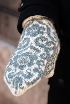 Clara Stickar: Stickning Knitted Mittens Pattern, Knit Mittens, Knitted Gloves, Knitting Patterns, Crochet Patterns, Wrist Warmers, Hand Warmers, Christmas Knitting, Free Knitting
