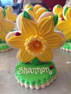 Daffodil place card cookies by Completely Cookie (by Kathleen) Summer Cookies, Fancy Cookies, Valentine Cookies, Easter Cookies, Royal Icing Cookies, Birthday Cookies, Christmas Cookies, Bridesmaid Cookies, Flower Sugar Cookies