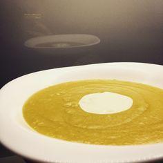 Výživná polévka z červené čočky a cukety Zucchini Soup, Lentils, Desserts, Food, Tailgate Desserts, Deserts, Lenses, Essen, Postres