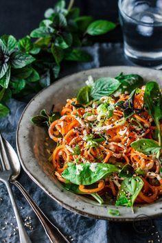 Rohe Karotten-Spaghetti mit cremiger Tahin-Sauce Carrots spaghetti with tahini, basil and sesame Raw Food Recipes, Pasta Recipes, Salad Recipes, Vegetarian Recipes, Healthy Recipes, Drink Recipes, Carrot Pasta, Roh Vegan, Sauce Crémeuse