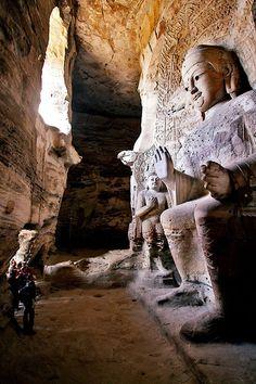 Statua gigante del Buddha, all'interno delle Cave di Yungang, Cina