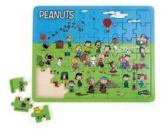 Schaut mal wer hier ist! Snoopy, Charlie Brown und die Gang. Auf diesem wunderschönen Holzpuzzle mit 48 Puzzleteilen haben Charly Brown und seine Freunde viel Freude bei ihrer Freizeitgestaltung. Da wird getanzt, gelacht und gespielt. Eine Menge Spaß ist garantiert!   ca. 34 x 27 x 1 cm