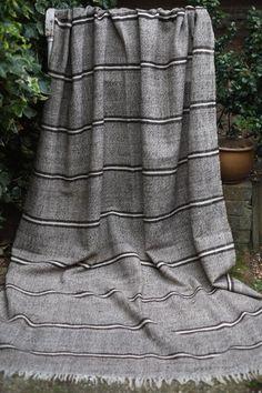 Belle ancienne Vintage Haik marocain (cest le mot berbère pour un châle ou enveloppement) Pure laine, les deux chaîne et la trame sont en laine pure qui est tout à fait inhabituel comme nombreuses couvertures berbères ont une chaîne en coton. Le sol est une crème mouchetée de brun avec des rayures marrons et crème. Son une couverture légère, assez mince, mais il est très chaud. Ce type de haiks deviennent plus difficiles à trouver en raison de leur valeur à la conception du monde. Il sera... Woven Blankets, Spirit Wear, Weaving Projects, Weaving Patterns, Tapestry Weaving, Grey Fabric, 50 Shades, Shawl, Hand Weaving
