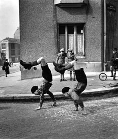 Paris (The brothers, street of Doctor Lecène, Paris), 1934, by Robert Doisneau