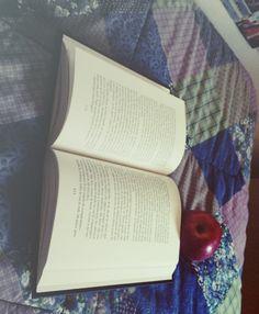 Leggendo un libro, vivi molte vite. Ognuna ha le sue caratteristiche. Ci sono quelle avventurose e magiche con draghi dal soffio di fuoco, ci sono vite colme di amore e di dolore, ci sono vite che non ti stancherai mai di vivere, ci sono vite che ti faranno spaventare. Ma ognuna è speciale ed inimitabile, e finché le leggerai saranno sempre vive.