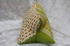 Hier ein Exemplar der Kollektion Leseknochen und Rückenstützen: dieses Mal ein Patchwork-Exemplar aus Baumwollstoff in grün und gelb  mit Blumen und Punkten, prall gefüllt mit ca. 200 g Füllung....