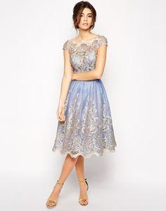 Chi Chi London – Hochwertiges Kleid aus Metallic-Spitze mit Bardotkragen