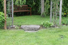 Trappe trin et sted der ikke var nivoauforskel Der er lagt lidt græs stykker op over den øverste sten,det har med tid gjort at det rent visuelt ser ud som om der en nivoauforskel